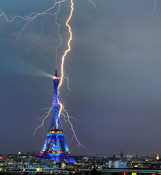 lightning-striking-landmarks-4-550x600