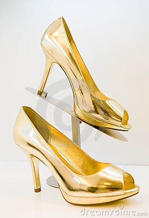 golden-stiletto-high-heels-12986459